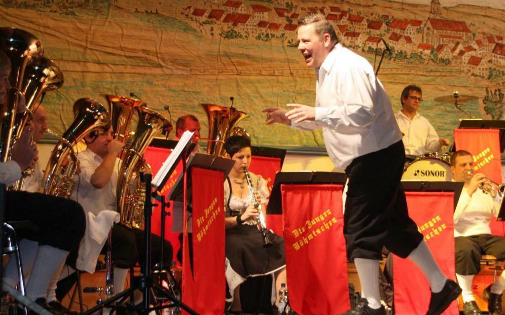 """Der Dirigent und Gründer der """"Jungen Böhmischen"""", Frank Metzger, lebt die Musik, die gespielt wird."""
