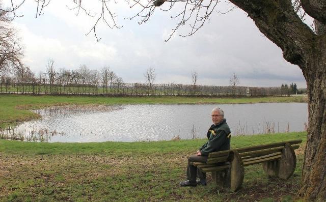 Gleiche Bank, gleicher Baum: Der Inneringer Förster im Ruhestand, Klaus Wolf, findet den Inneringer See ohne die Baumreihe trostlos. Er spricht sich für die naturnahe Gestaltung des Geländes aus