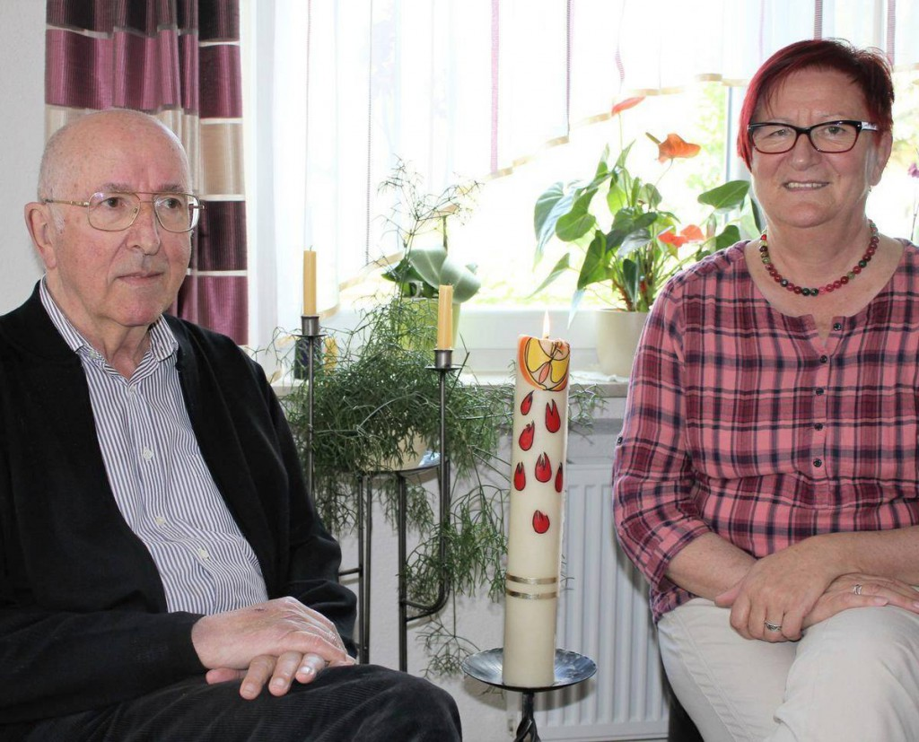 Pfarrer Karl Hospach und seine Schwester Lydia, die ihm all die Jahre treu als Pfarrhaushälterin zur Seite steht. Ganz selten zündet er die Kerze an, welche er zur Priesterweihe überreicht bekam.