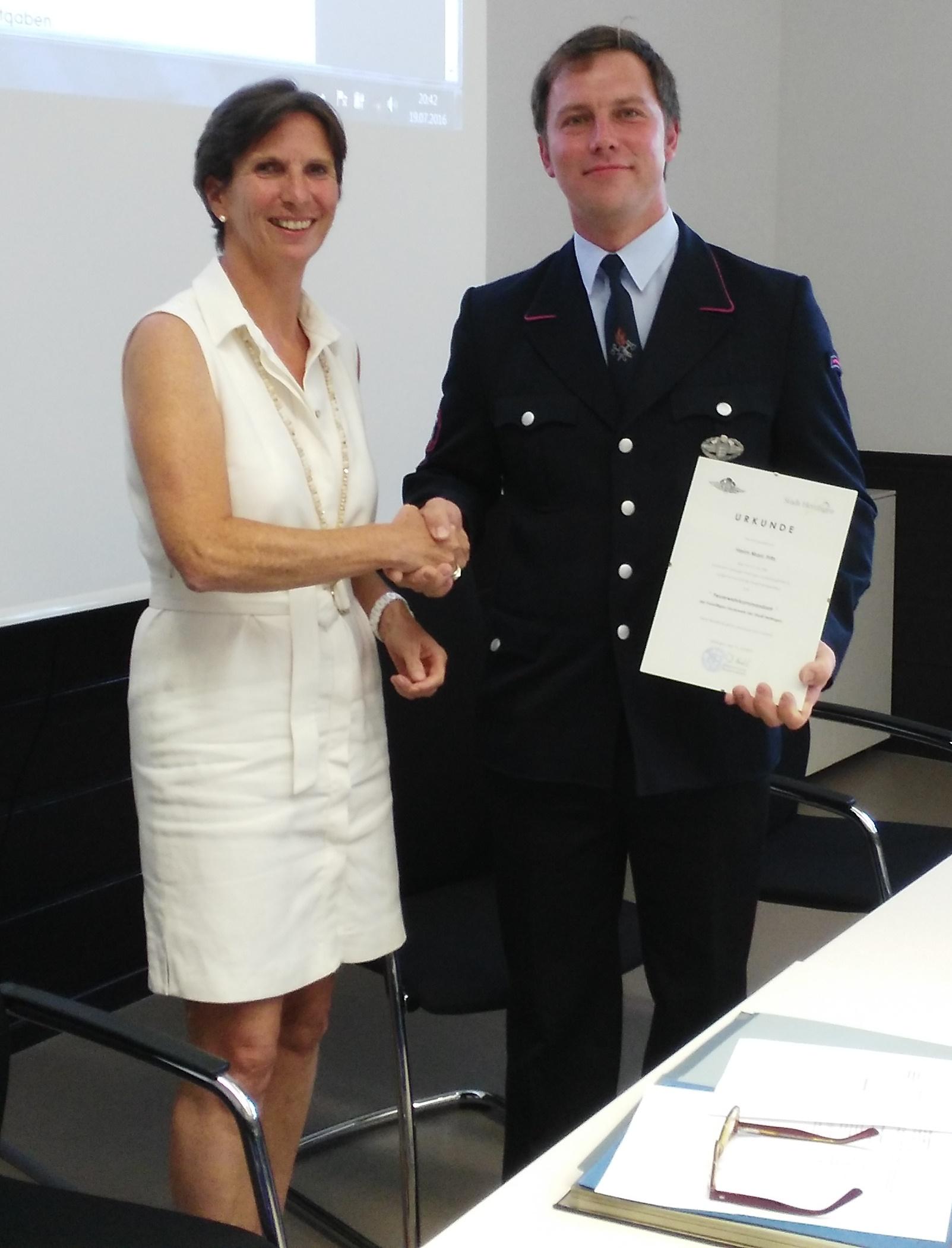 Bürgermeisterin Dagmar Kuster gratuliert Kommandant Marc Fritz