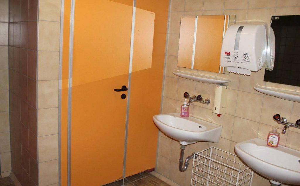 Die sanitären Räume in der Inneringer Turn- und Festhalle strahlen den Charme der 1970er-Jahre aus. Ob sie auch saniert werden, wird in der Gemeinderatssitzung am 20. September entschieden.