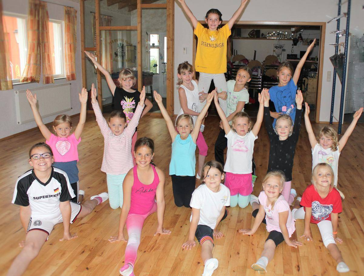 Spagat, Fächer, Pendel oder Spitze - die Mini-Tanzgarde der Inneringer Narrenzunft übt schon fleißig auf die Fasnet im nächsten Jahr. Foto: Sabine Rösch
