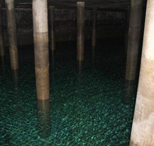Manch ein Trinkwasserspeicher wirkt wie ein unterirdischer See.