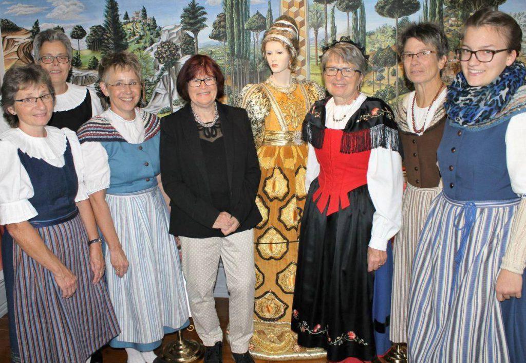 Die Mitglieder des Trachtenvereins aus der Schweiz sind beeindruckt vom Inneringer Gewandhaus. Museumsgründerin Ilse Wolf (Mitte) führt die Gruppe durch das Museum.